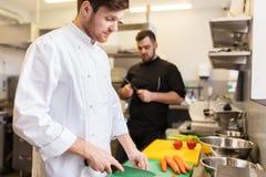 Kock- och kockmatlagningmat på restaurangkök Arkivfoto