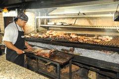 på bbq-gallret på en restaurang av Mendoza, Argentina Royaltyfri Bild