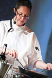 Kock på matlagningdemonstrationen Fotografering för Bildbyråer