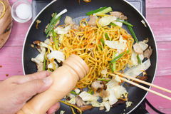 Kock satt peppar för att laga mat den Yakisoba nudeln Royaltyfria Bilder