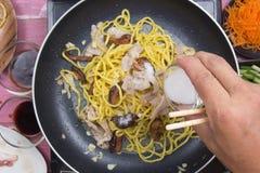 Kock satt socker för att laga mat den Yakisoba nudeln Fotografering för Bildbyråer