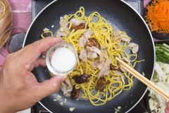 Kock satt socker för att laga mat den Yakisoba nudeln Arkivbilder