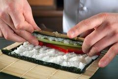 kock som 2 förbereder sushi Fotografering för Bildbyråer