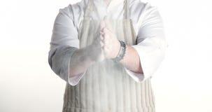 Kock som applåderar hans händer som fylls med mjöl arkivfilmer