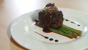 Kock som bevattnar köttsås lager videofilmer