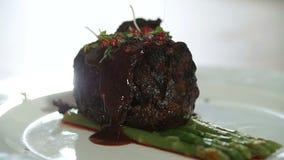 Kock som bevattnar köttsås arkivfilmer