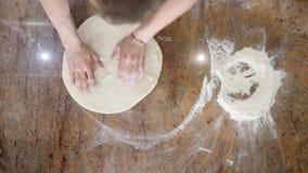 Kock som förbereder en pizza Pizzaställe kvinna för vektor för förberedelse för matillustrationkök goda pizzalukter för kock Kock lager videofilmer