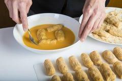 Kock som förbereder kroketter i köket royaltyfria foton