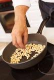 Kock som förbereder mandelar Arkivbilder