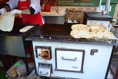 Kock som förbereder mat Budapest Arkivbilder