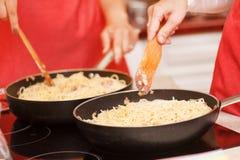 Kock som förbereder pasta Arkivfoto