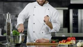 Kock som förbereder sig att laga mat kött på kök Closeupkockhänder som vässar kniven lager videofilmer