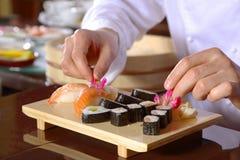 kock som förbereder sushi Arkivbilder
