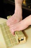 kock som förbereder sushi Fotografering för Bildbyråer
