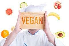 Kock som främjar sund matlagning- och strikt vegetarianlivsstil royaltyfri foto