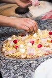 Kock som gör en pizza med ost i en restaurang Royaltyfria Bilder