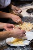 Kock som gör en pizza med ost i en restaurang Royaltyfria Foton