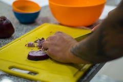Kock som hugger av l?kar fotografering för bildbyråer