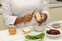kock som klipper lyckliga lökar Arkivbilder