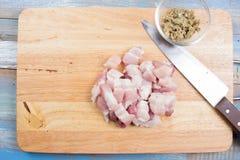 Kock som klipper strimmigt griskött, innan att laga mat royaltyfria bilder