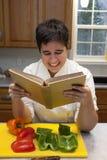 Kock som läser en kokbok arkivbilder