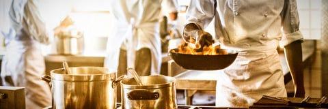 Kock som lagar mat i kommersiellt kök vektor illustrationer