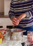 Kock som lagar mat traditionell kokkonst fotografering för bildbyråer