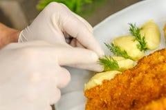 Kock som ordnar en matställe Arkivbilder