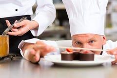 Kock som Patissier matlagning i restaurangefterrätt Arkivbilder