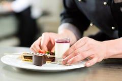 Kock som Patissier matlagning i restaurangefterrätt Royaltyfri Fotografi