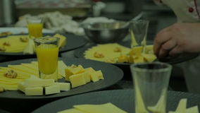 Kock som slutför en ost i ett kök Slutet räcker upp inga framsidor som kocken förbereder matställen som använder organisk jordbru stock video