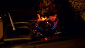 Kock som tillfogar ingredienser till en panna lager videofilmer