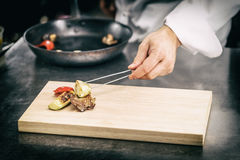Kock tjänade som gallergrönsaker Royaltyfri Fotografi