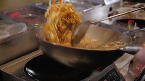 Kock Tossing Fried Vegetables With Meat In en stekpanna, kommersiell kökmatlagning stock video