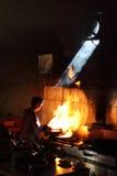 Kockar för traditionell kines som arbetar med kinesiska matlagningmetoder i den Kunming restaurangen Arkivbilder