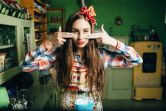 Kockar för ung kvinna i köket Royaltyfri Bild