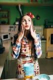 Kockar för ung kvinna i köket Arkivfoton