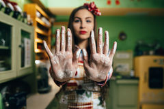 Kockar för ung kvinna i köket Fotografering för Bildbyråer