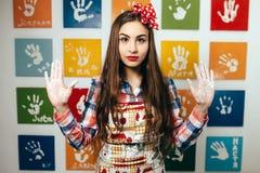 Kockar för ung kvinna i köket Royaltyfri Foto