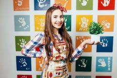 Kockar för ung kvinna i köket Arkivfoto