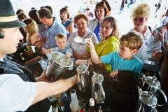 Kockar och besökare av den CarteNoirel paviljongen royaltyfria bilder