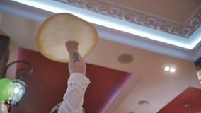 Kockar roterar pizzadeg i luften lager videofilmer