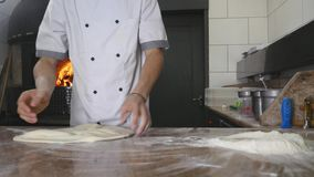 Kockar roterar pizzadeg i luften stock video
