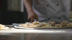 Kockar roterar pizzadeg i luften arkivfilmer
