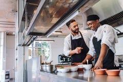 Kockar som lagar mat mat på kafékök royaltyfri bild