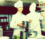 Kockar som lagar mat på yrkesmässigt kök royaltyfri bild