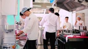 Kockarna arbetar på köket i restaurangen arkivfilmer