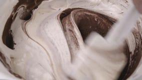 Kockblandningkräm och kakao arkivfilmer