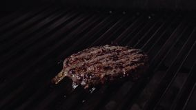 Kockdanandehamburgare board bun cooking cutting fresh hamburger meet minced raw vegetable wooden Nötkött- eller grisköttkotlett s stock video