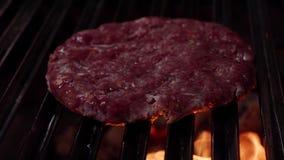 Kockdanandehamburgare board bun cooking cutting fresh hamburger meet minced raw vegetable wooden Nötkött- eller grisköttkotlett s lager videofilmer